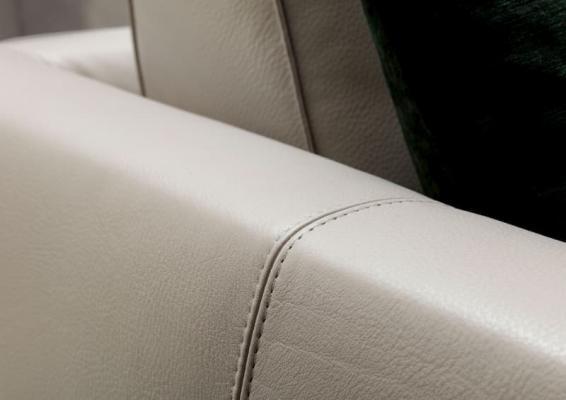 Dettaglio cucitura due aghi divano in pelle Time break