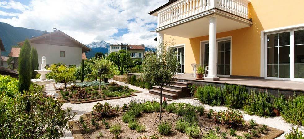 Mussner Garden Design: villa con spazi decorativi in ghiaia