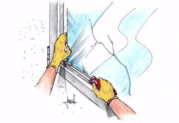 Smontare un vetro rotto dal telaio di alluminio