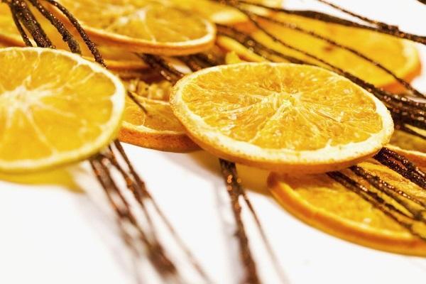 Decorazione con arance essiccate e cannella
