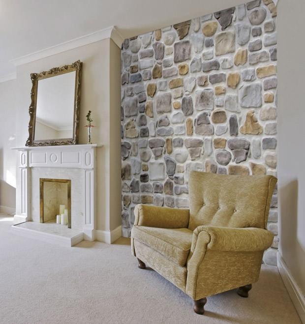Decoro parete con effetto pietra realizzato con intonaco Plam Stone di Isoplam