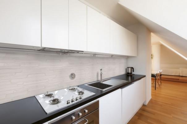 Decoro parete cucina con intonaco stampato Plam Stone di Isoplam