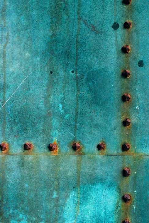 Corrosione galvanica di chiodi in ferro su lastra in rame