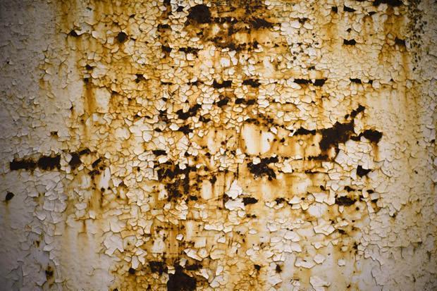 Corrosione su parete serbatoio per effetto delle correnti vaganti
