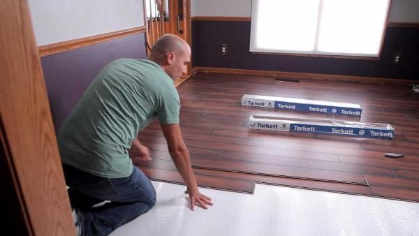 Posa di pavimento in doghe di PVC