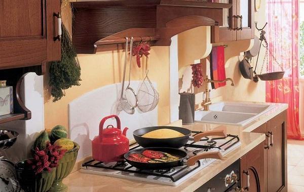 Anche il piano è sagomato nella cucina componibile Certosa di Febal Casa