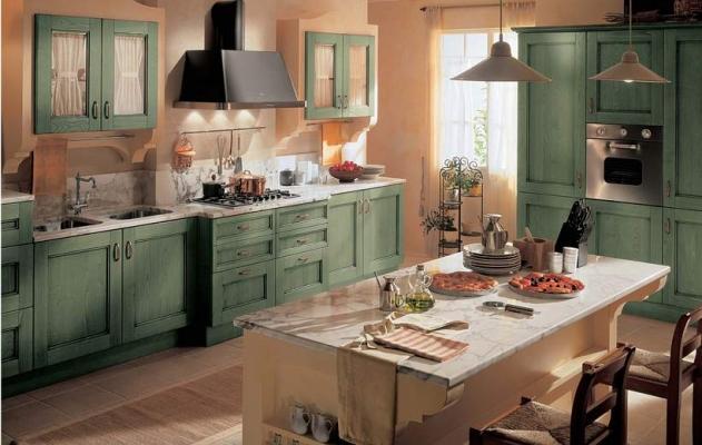 La cucina Certosa tinta verde di Febal diventa country