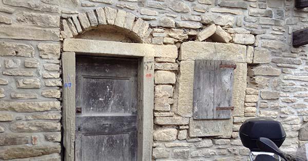 Gli edifici rurali tradizionali possono essere restaurati e riusati.