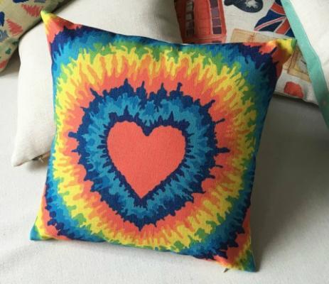 Cuscino tie dye a cuore di ThrowpillowShome