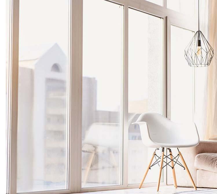 Luminosità nel living con vetri per finestre by Vetreria Majorana