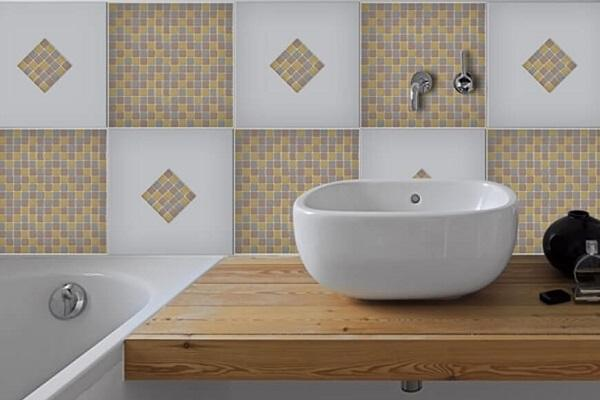https://media.lavorincasa.it/post/17/16185/data/idee-bagno-sticker-mosaico-dekoidea.jpg