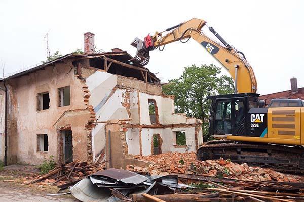demolizione edificio crollato in parte