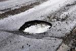 Buca su viale asfaltato, riparabile con conglomerati bituminosi a freddo