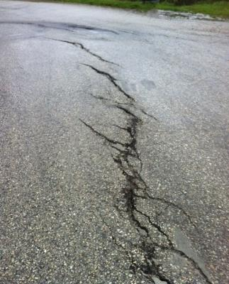 Crepe su superficie asfaltata, riparabili con mastice sigillante