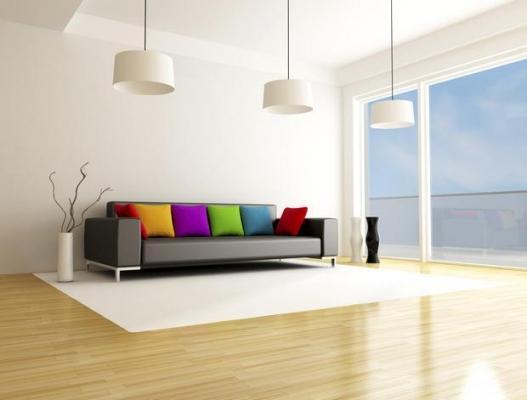 Arredamento a contrasto con pareti in tonalità neutra