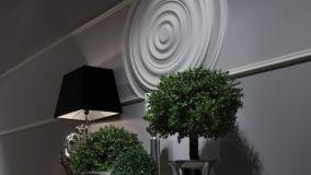 Cambiare look alle pareti ricorrendo a decori in polistirolo, come rosoni e cornici