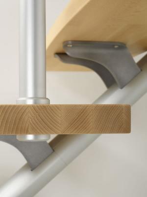 Dettaglio scala in legno e alluminio Plume di Fontanot