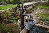 Un antico pozzo con pompa manuale.