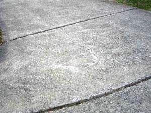 Scanalature sulla superficie del vialetto in calcestruzzo