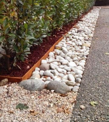 Mat Linea Garden: profili in metallo sagomato per bordure vialetti