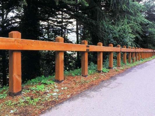 Staccionata Poppi Marinelli: colonne a sezione quadrata in legno di pino Nordico