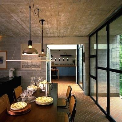 Living con lampade a sospensione Frisbi by Flos
