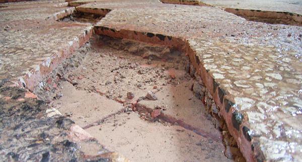 Demolizione delle zone ammalorate in pavimento alla veneziana, realizzazione Luca Mezzini