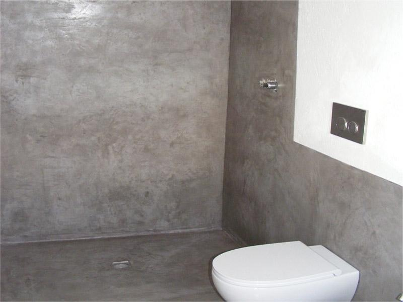 Bagno con pavimento e pareti in battuto di cocciopesto e grafite dei Fratelli Dianti