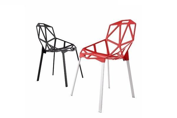 Sedie monoscocca One Chair di Magis nera e rossa