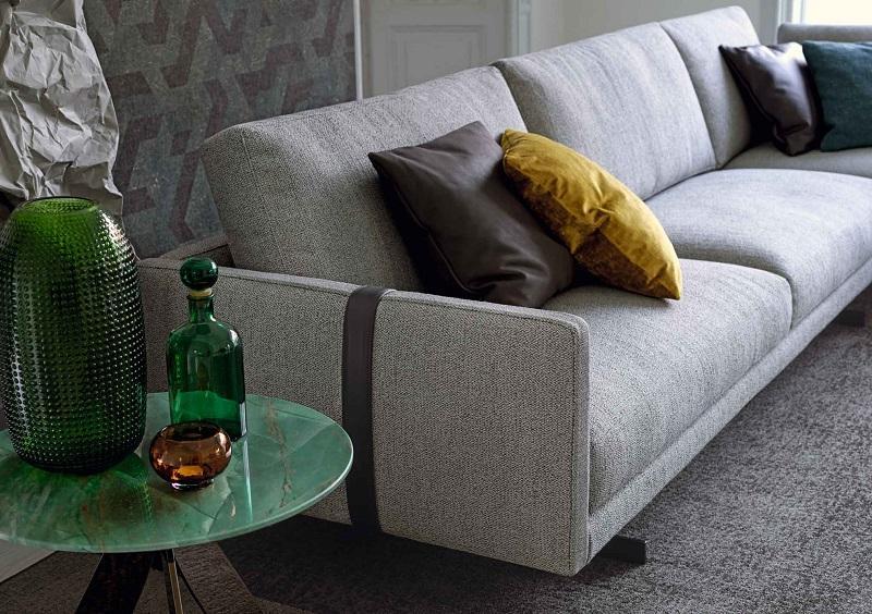 Dettaglio bracciolo divano componibile Dee Dee dotato di cinghia in pregiata pelle nabuk