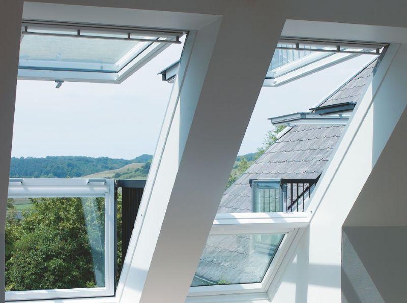 Finestra per tetti con affaccio a  balcone con ringhiera modello Cabrio di VELUX
