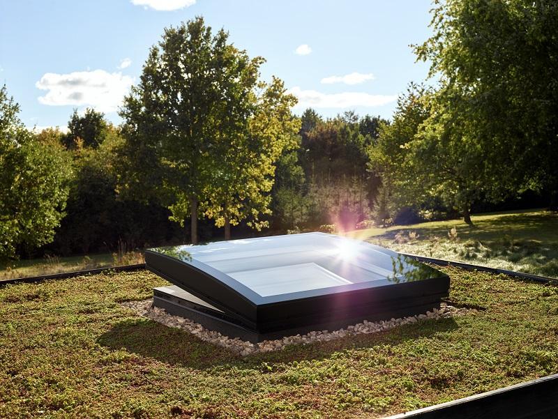 Finestra per tetto piano con vetro curvo di VELUX