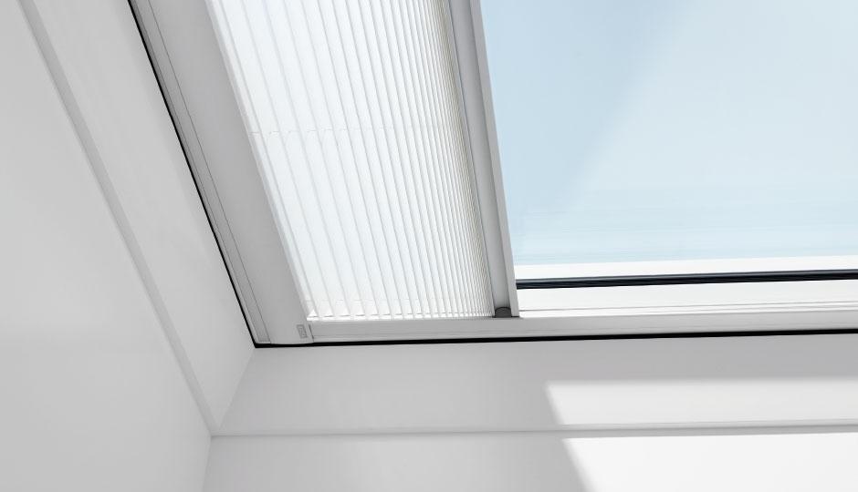 Finestra per tetto piano con schermatura di VELUX