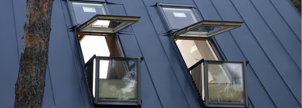 Finestra per tetto modello CABRIO con balcone e ringhiera di VELUX