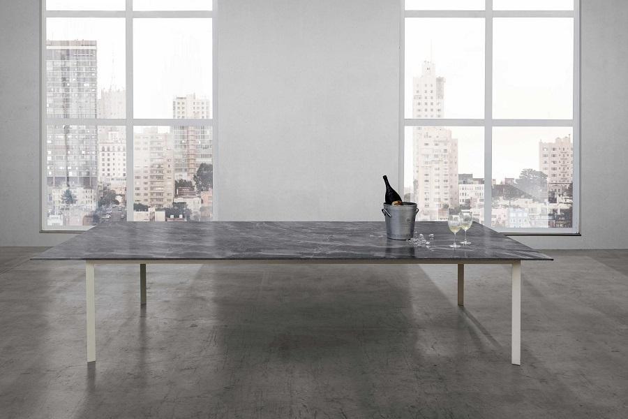 Tavolo rivestito in materiale ceramico chiaro, Laminam