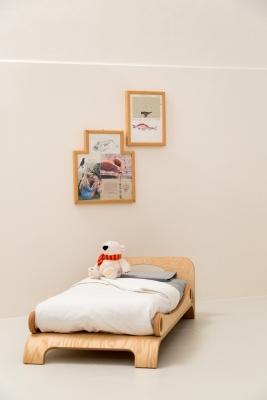 Il lettino di Flowerssori in una stanza montessoriana