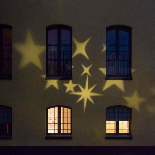 Facciata decorata per Natale con proiettore Luminal Park