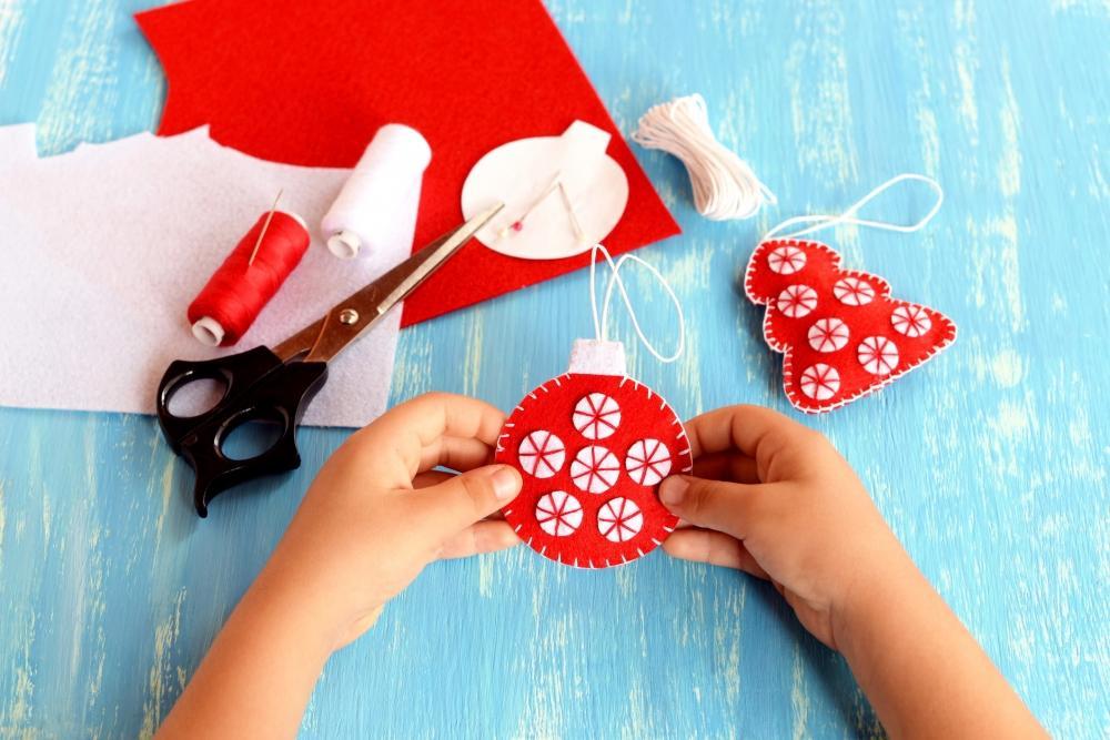 Palline di Natale rosse fai da te, con feltro