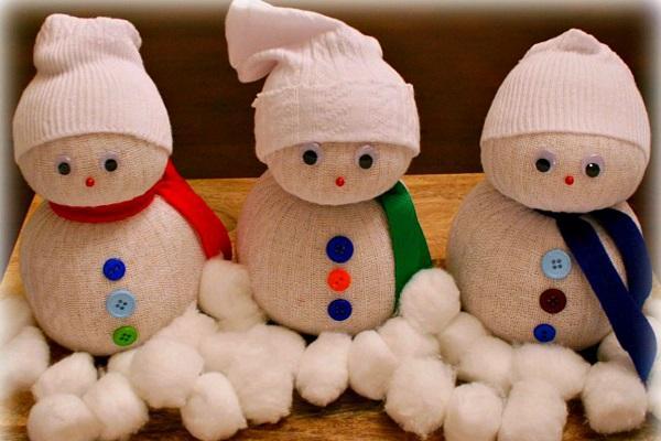 Pupazzi di neve per Natale, fatti con calzini