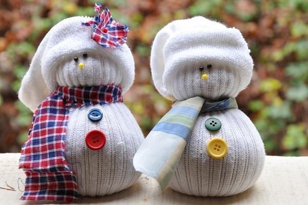 Lavoretti natalizi: pupazzi di neve con calzini, da darkroomanddearly.com