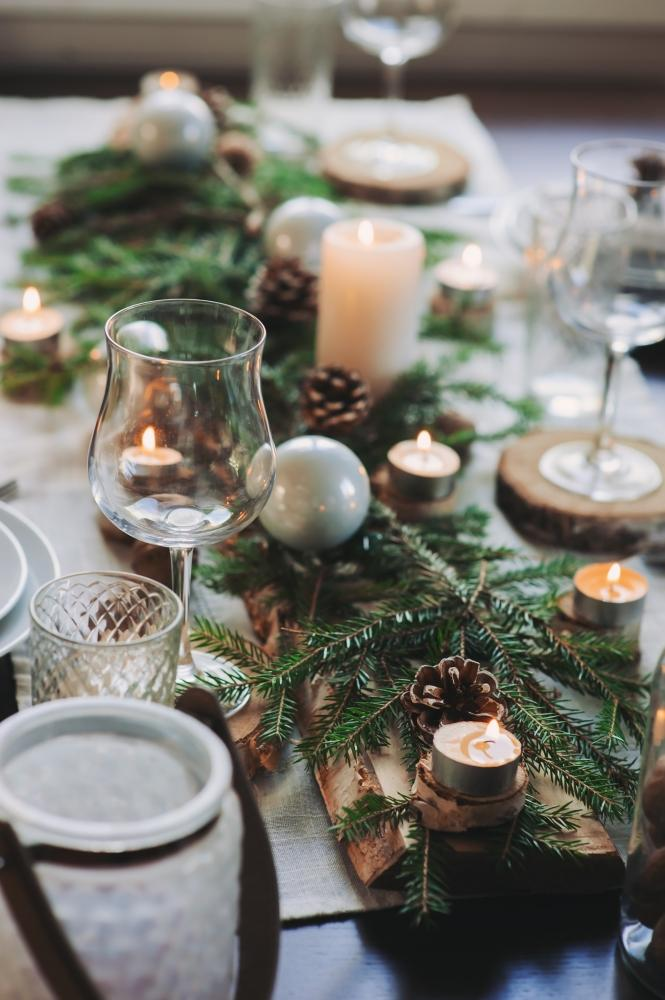 Pugne, candele e legno per una tavola di Natale nature