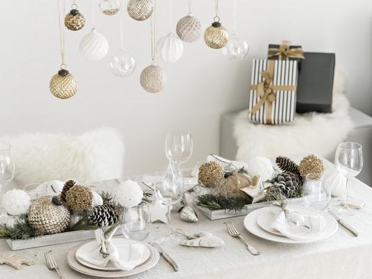 Tavola natalizie: idee in bianco o oro