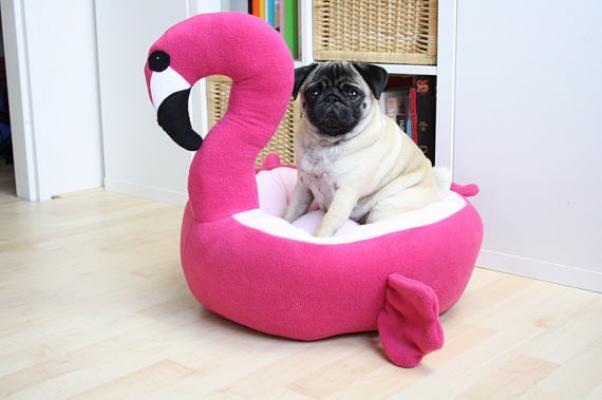 Flamingo Bed, cuccia per cani come regalo natalizio, su Etsy