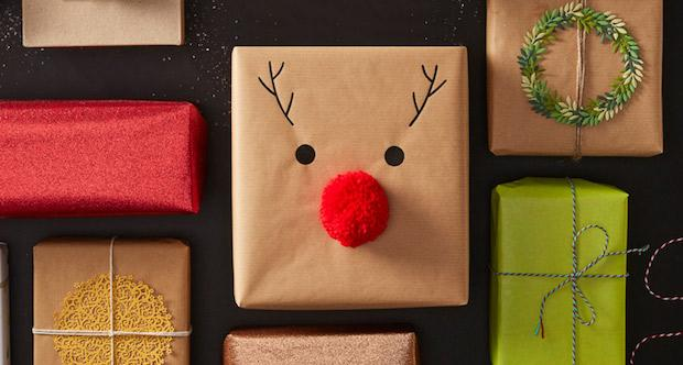 Decorare i pacchetti natalizi con pon pon, da hobbycraft.co.uk