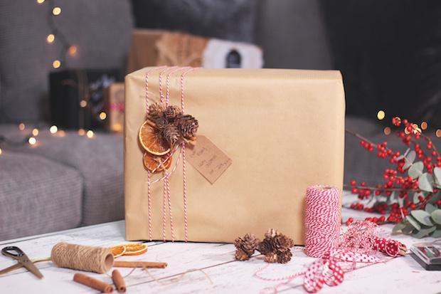 Decorare i pacchetti regalo con la cannella, da zoella.co.uk