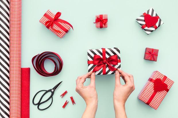 Nastro rosso per decorare pacchetti natalizi