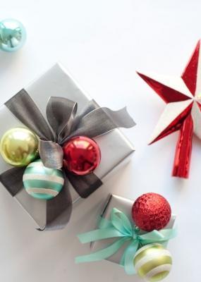 Pacchetti regalo con palline di natale, da marthastewart.com
