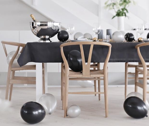 Addobbare la tavola di Capodanno con i palloncini, da stylizimoblog.com
