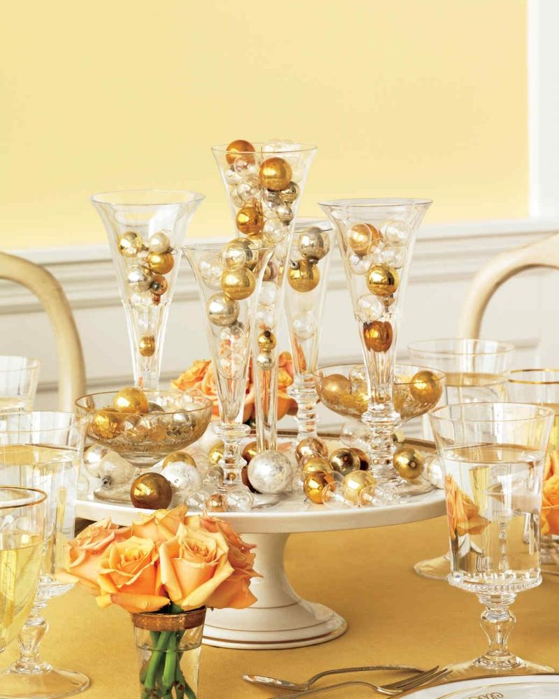 Palline natalizie sulla tavola del cenone, da marthastewart.com
