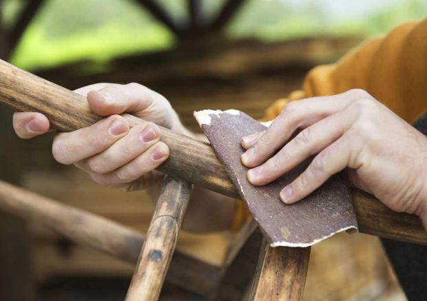 Carteggiare il legno prima di verniciarlo con smalti a base di acqua